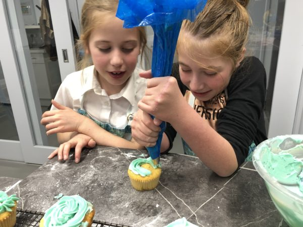 kids decorating cupcakes